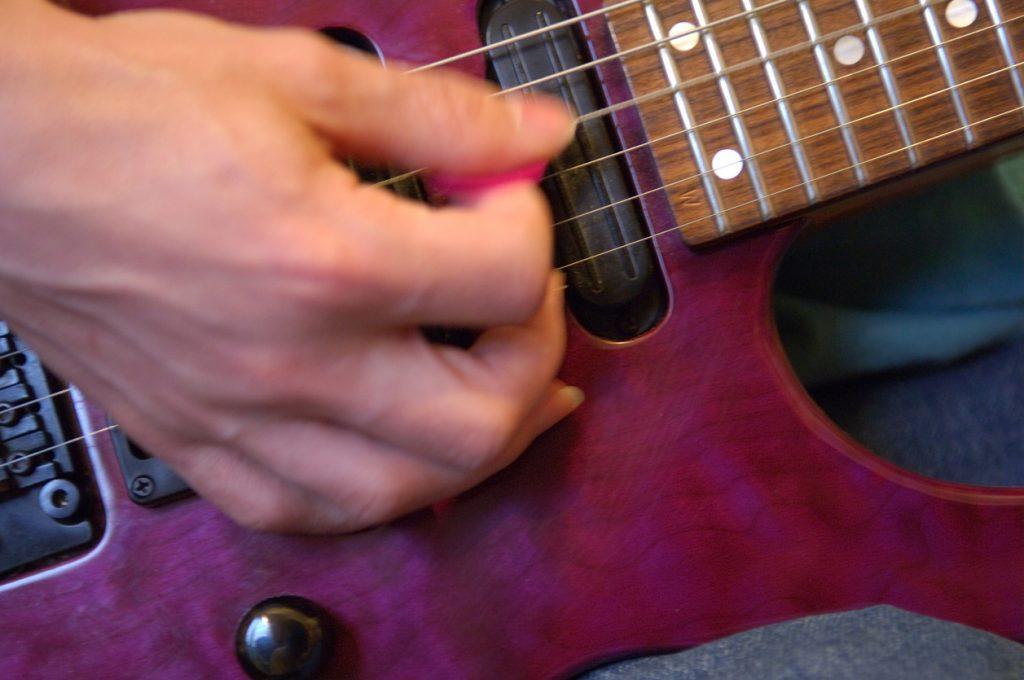 tocar guitarra rápido