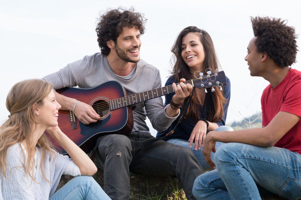 tocar guitarra pode te aproximar das pessoas