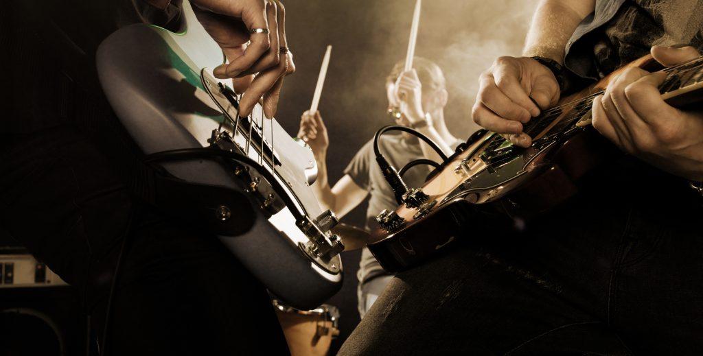 Banda de rock se apresentando em um show